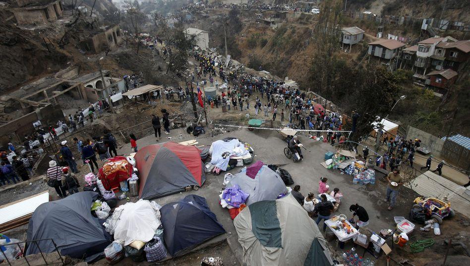 Zelte statt Häuser: Valparaíso kämpft mit den Folgen einer Feuersbrunst.