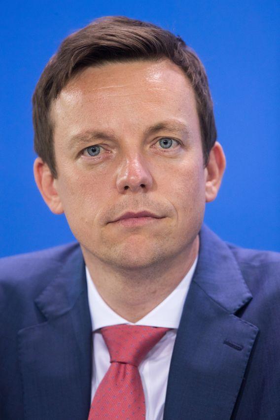 Tobias Hans, geboren 1978, wurde im März 2018 zum saarländischen Ministerpräsident gewählt. Seit Oktober 2018 ist er auch Vorsitzender der CDU im Saarland. Zuvor war Hans Chef der CDU-Fraktion im Landtag. Als Ministerpräsident ist er der Nachfolger von Annegret Kramp-Karrenbauer.