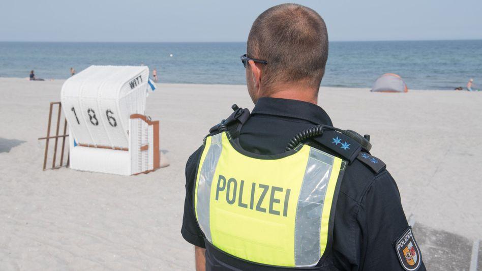 Polizist am Strand von Graal-Müritz Mitte August: Landesregierung wartete Schulstart ab