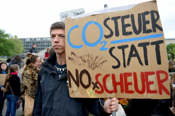 "Schülerdemonstrant bei ""Fridays for Future"" im Invalidenpark in Berlin am 3. Mai"