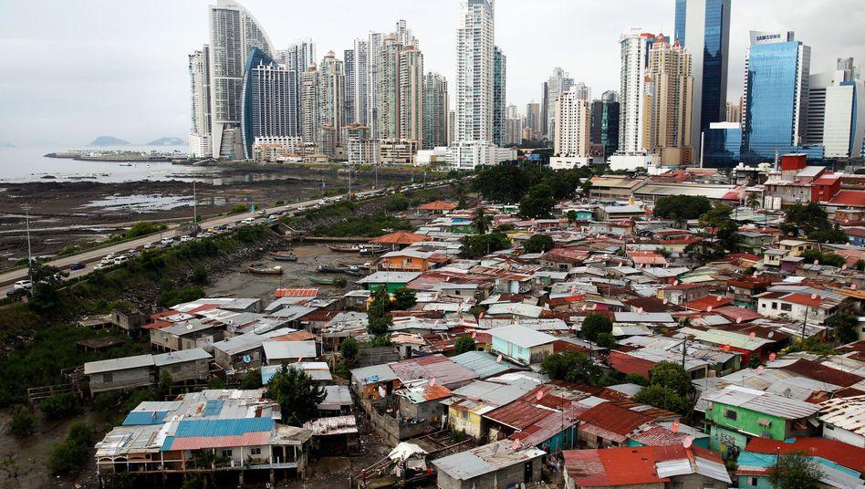 Wellblechhütten und Wolkenkratzer in Panama City