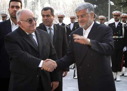 Teheran: Irans Vizepräsident Mohammad Reza Aref (re.) begrüßt den syrischen Premier Nadschi al-Otari