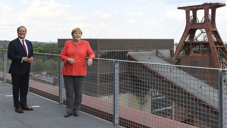 Betont nüchtern: Kanzlerin Merkel und Armin Laschet vor dem Unesco-Weltkulturerbe Zeche Zollverein