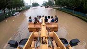 Mit dem Bulldozer-Taxi durchs Hochwasser