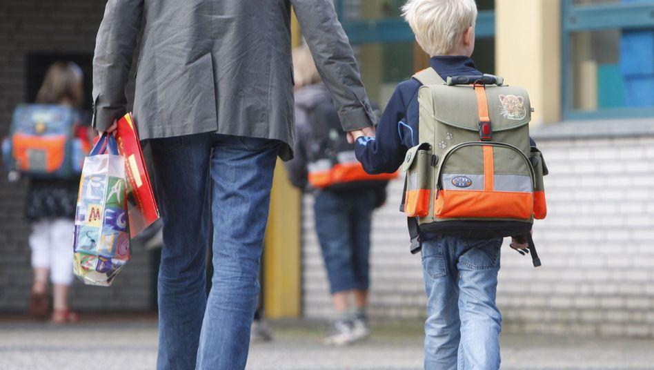 Vater mit Sohn auf Schulhof: Abschied von tradierten Bildern