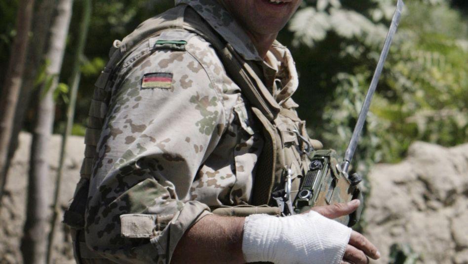 Bundeswehr-Soldat am Ort des Anschlags: Drei Verletzte und ein zerstörtes Auto