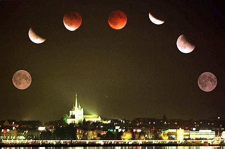 Luna ohne Licht: Sieben Phasen der totalen Mondfinsternis am 16. September 1997 über der Silhouette von Genf