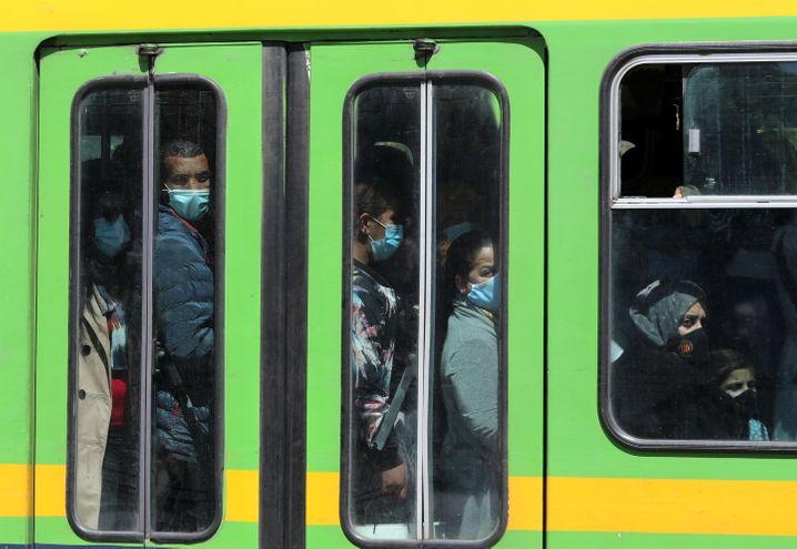 Ein voller Bus in Tunesiens Hauptstadt Tunis
