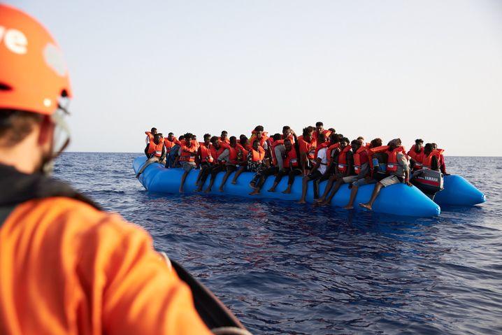 "Flüchtlingsboot von den Rettern der ""Sea-Watch 3"" fotografiert"