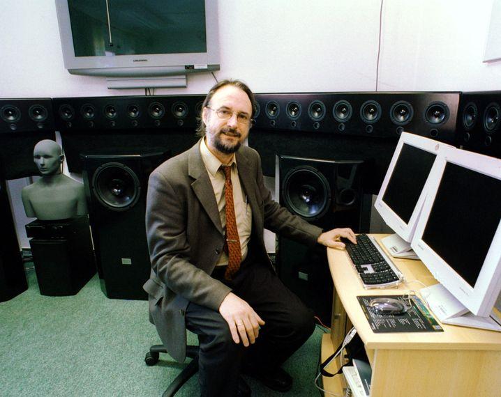 MP3-Miterfinder Karlheinz Brandenburg im Jahr 2002 in einem Fraunhofer-Klanglabor in Ilmenau