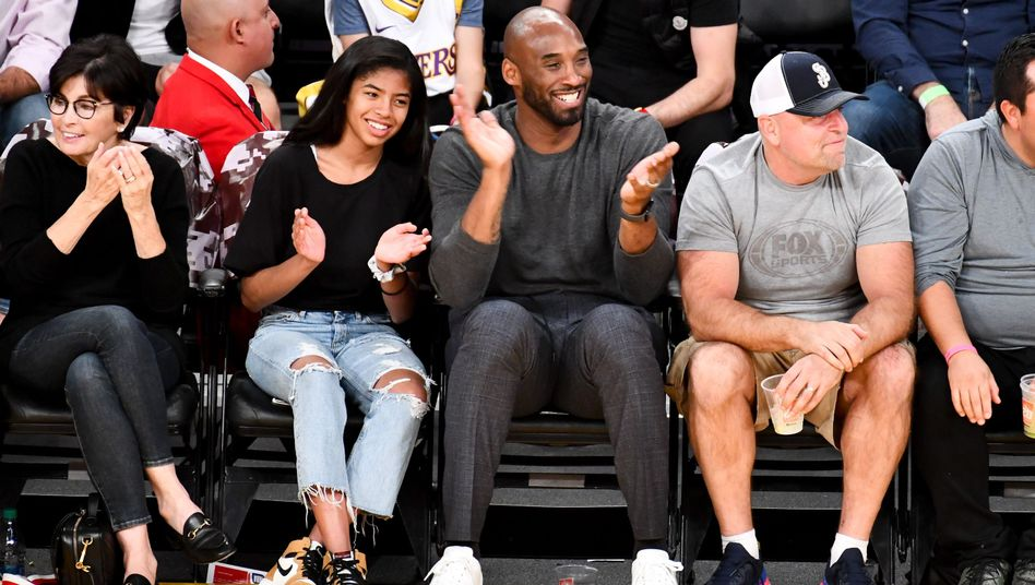 Kobe Bryant freut sich mit seiner Tochter Gianna und Fans über einen Korb seiner Los Angeles Lakers.