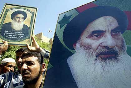 Anhänger von Großajatollah Ali al-Sistani tragen Bilder ihres religiösen Führers durch die Straßen