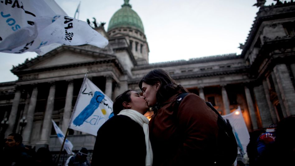 Lesbisches Paar vor dem argentinischen Kongress: Homo-Ehe ist Novum in Lateinamerika