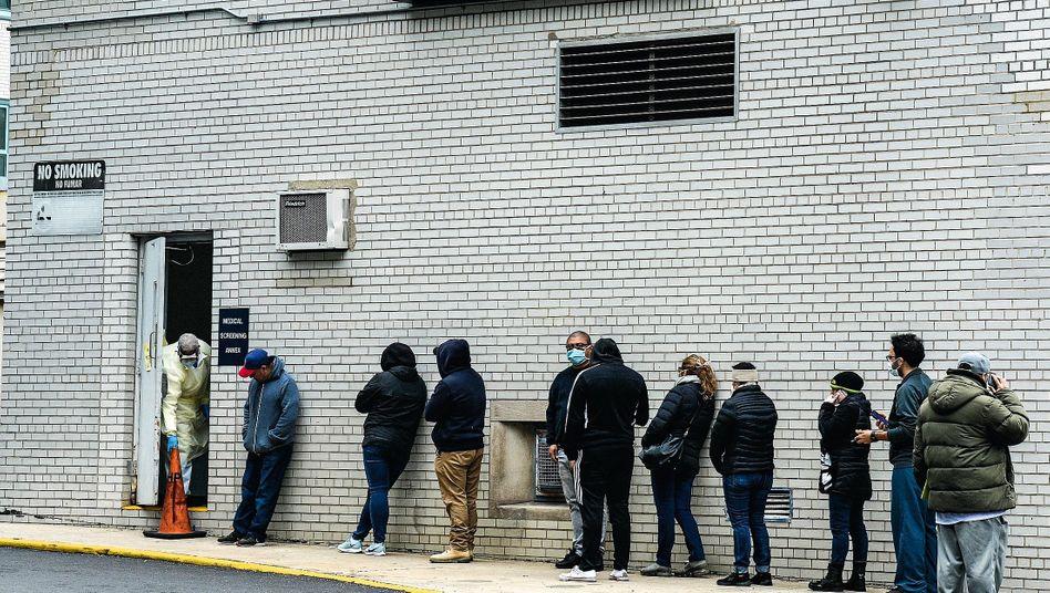 Wartende vor Testzentrum am Metropolitan Hospital Center in New York: Gravierendes Behördenversagen