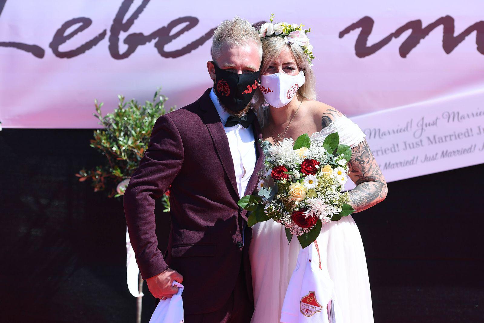 Coronavirus - Hochzeit im Autokino 05.05.2020, Nordrhein-Westfalen, Düsseldorf: Das Brautpaar Janine und Philip Scholz