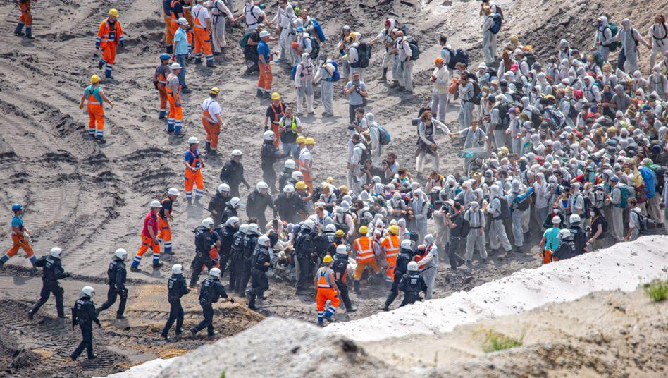 Schüler, Naturschützer, Aktivisten - gemeinsamer Protest am Tagebau Garzweiler