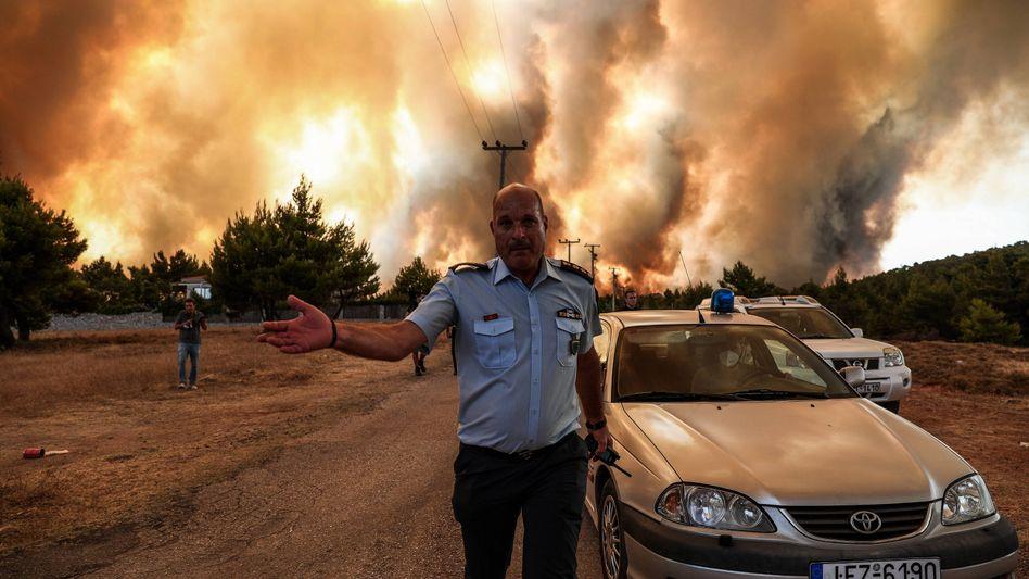 Eine Wand aus Flammen: Waldbrand im Nordosten von Athen, die Polizei riegelt Straßen ab