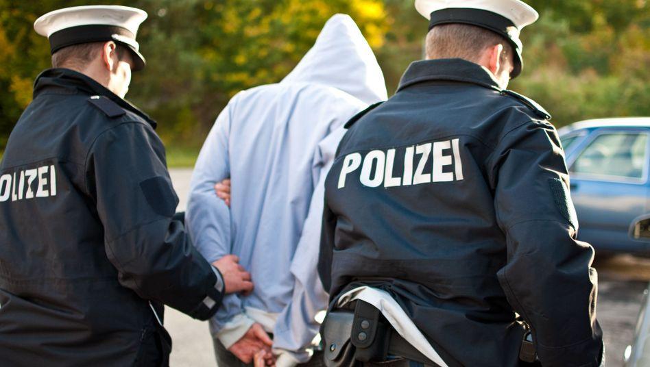 Polizisten mit Verdächtigem