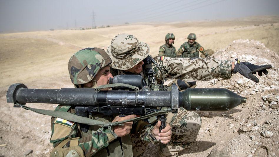 Bundeswehrsoldat bei Schulung von Peschmerga nahe Erbil (2016): Der Einsatz ist nach der Tötung des iranischen Topmilitärs Soleimani durch die USA umstritten
