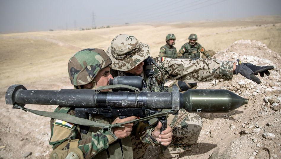 Bundeswehrsoldat mit Peschmerga im Irak (Archivbild)