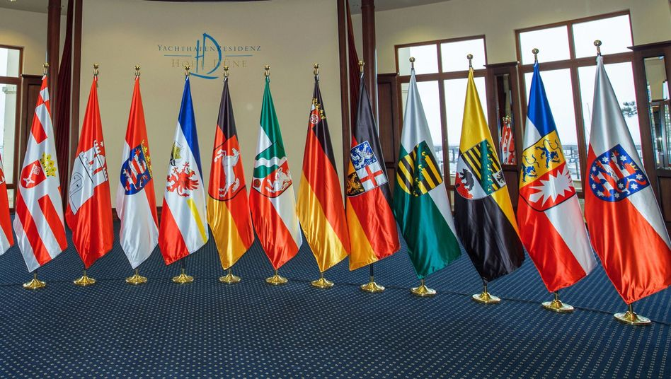 Die Fahnen der 16 Bundesländer