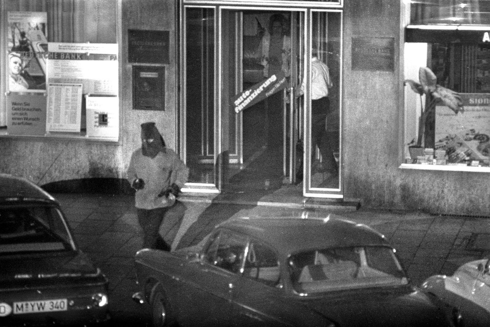 Überfall auf Deutschen Bank Prinzregentenstraße in München am 04.08.1971. Erster Banküberfall mit Geiselnahme in der Bu