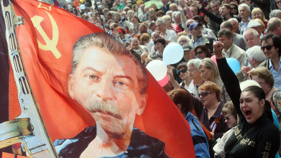 Demo in Donezk: Stalin, Hammer, Sicher, Russland-Begeisterung