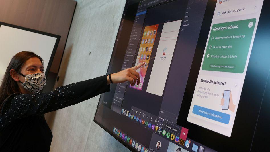 Deutsche Corona-Warn-App: Eine SAP-Mitarbeiterin erklärt bei einer Videokonferenz den Entwicklungsstatus