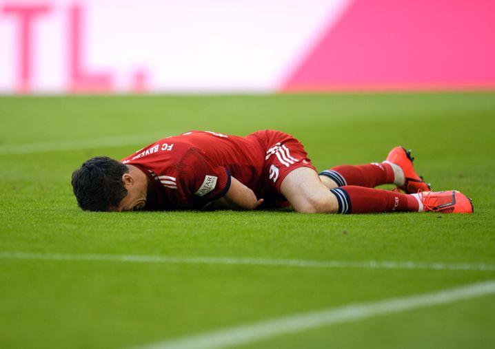 Lewandowski am Boden: Er musste in dieser Partie am 6. April 2019 gegen den BVB nicht ausgewechselt werden, er erzielte stattdessen zwei Treffer