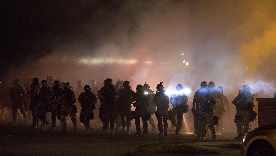 Polizisten in Ferguson, Missouri (am Mittwoch): Den Bürger nicht als Gegner sehen