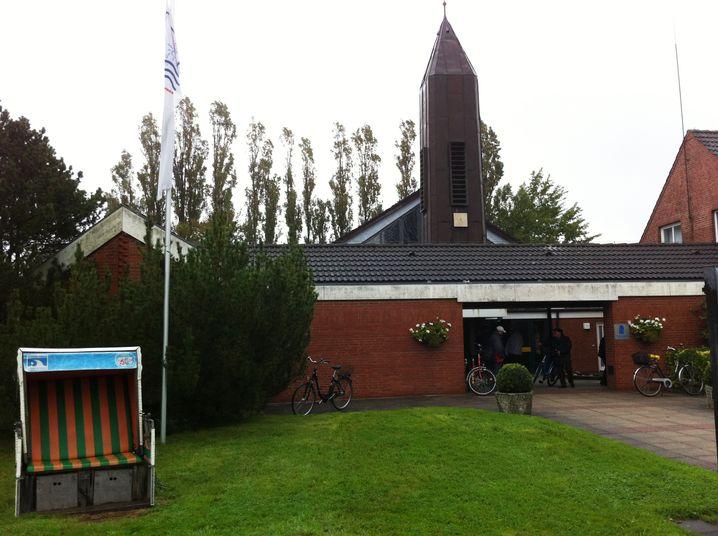 Verwaister Strandkorb vor Touristenkirche in St. Peter-Ording: St. Ulrich in der Diaspora