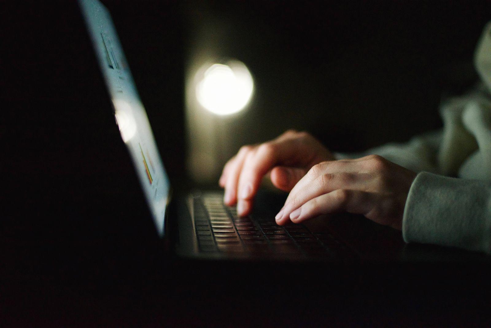 Anonymous woman working on laptop at night Kyiv, Kyiv City, Ukraine PUBLICATIONxINxGERxSUIxAUTxONLY CR_INCH210304-668926