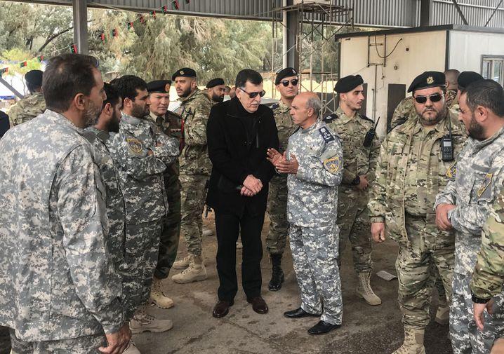 Libyens Premierminister Fayez al-Sarraj mit Militärs