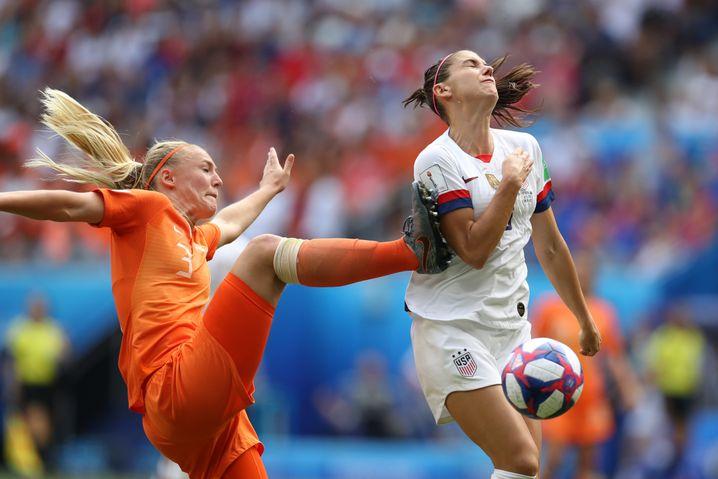Stefanie van der Gragt kracht in Alex Morgan und verursacht den Elfmeter zur Führung für die USA.