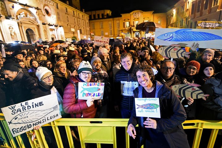 Mattia Sartori (vorne) am 23. November bei einer Sardinen-Demo in der Region Emilia-Romagna