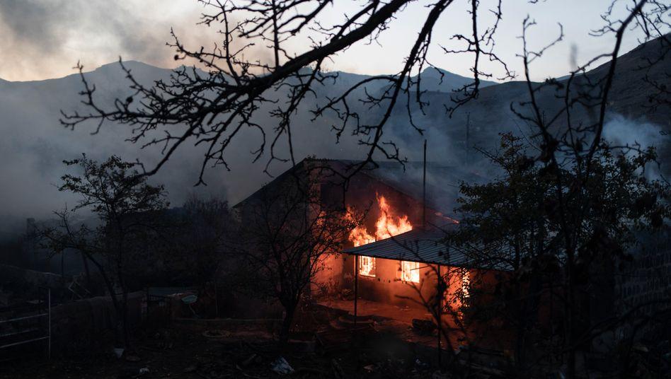 Brennendes Haus in Bergkarabach