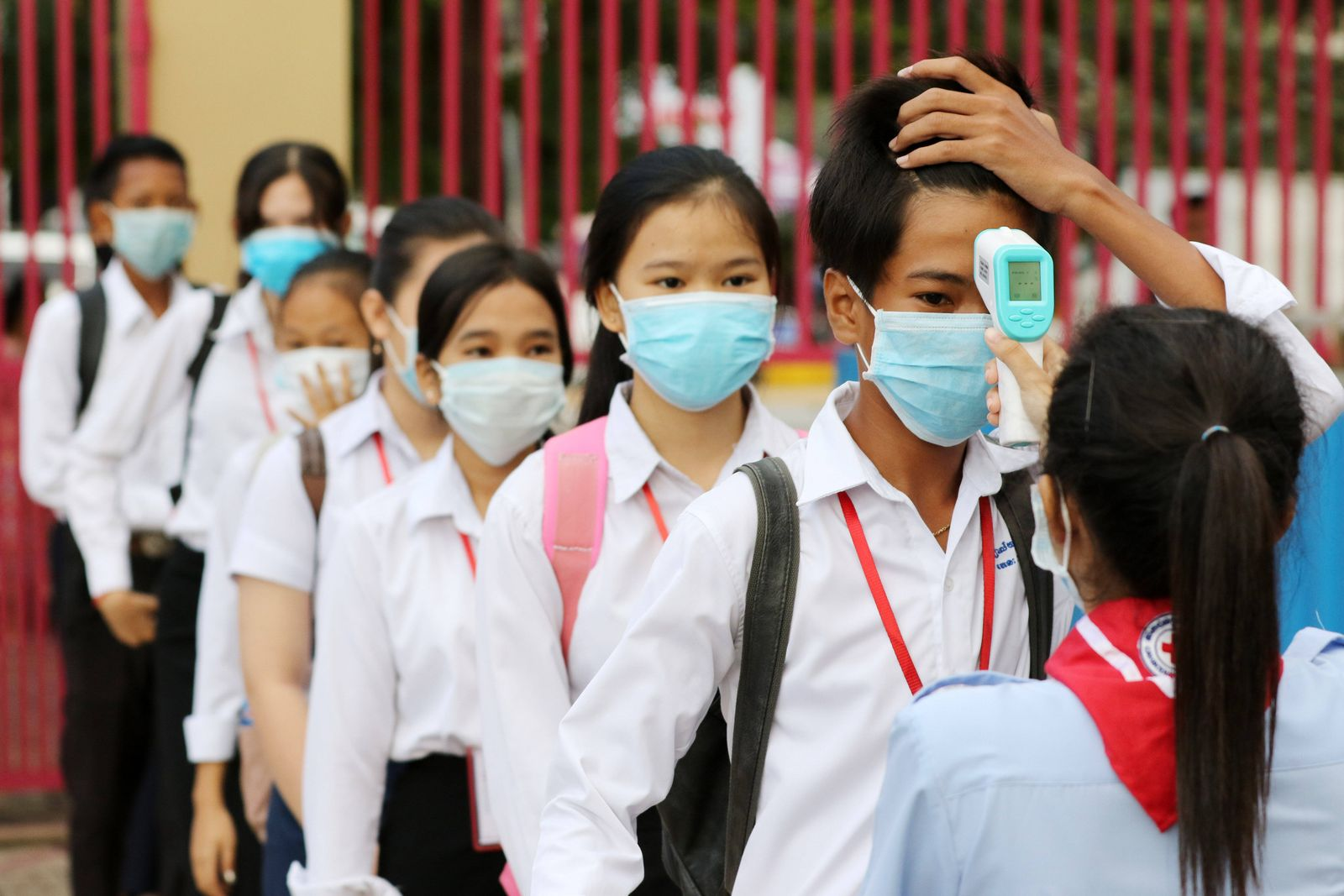 (200907) -- PHNOM PENH, Sept. 7, 2020 -- Students queue for body temperature screening at the Bak Touk High School in Ph