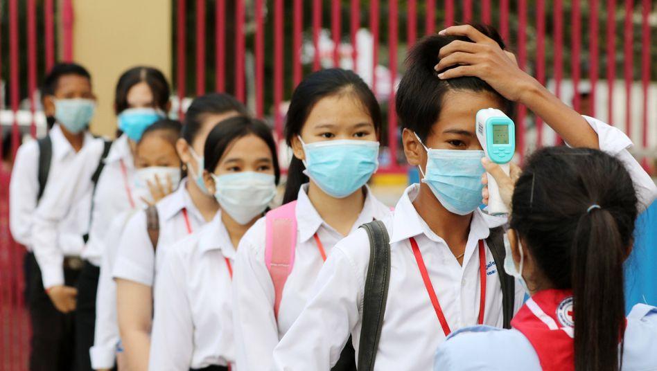 »Alle bestehen die Prüfung, ohne sie abzulegen«: Schülerinnen und Schüler in Kambodscha