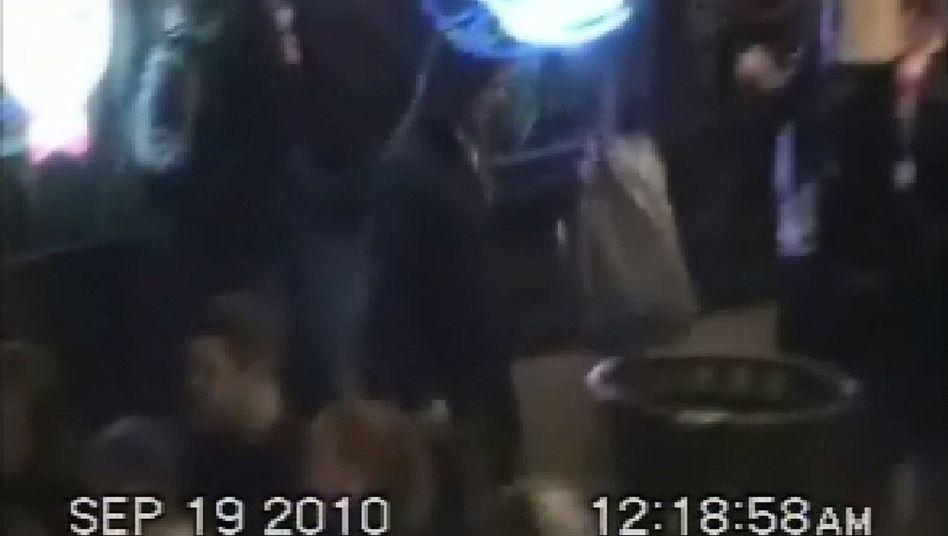 Bild des Täters auf Überwachungskamera: Bombe im Mülleimer