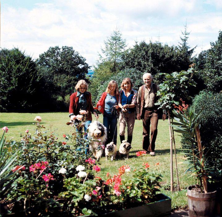 Loriot mit Frau und Töchtern 1975