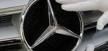 Lackkontrolle im Mercedes-Werk Sindelfingen: Oberflächen zerkratzt, Schrauben gelockert