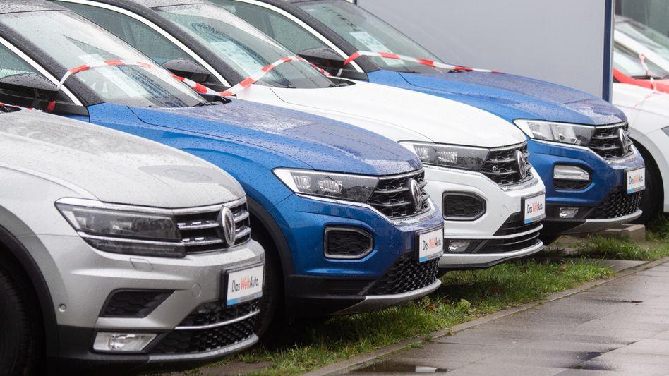 Volkswagen-Fahrzeuge bei einem Händler in Hannover (Archivbild): Autos könnten sich spürbar verteuern, prophezeit der Kreditversicherer Euler Hermes