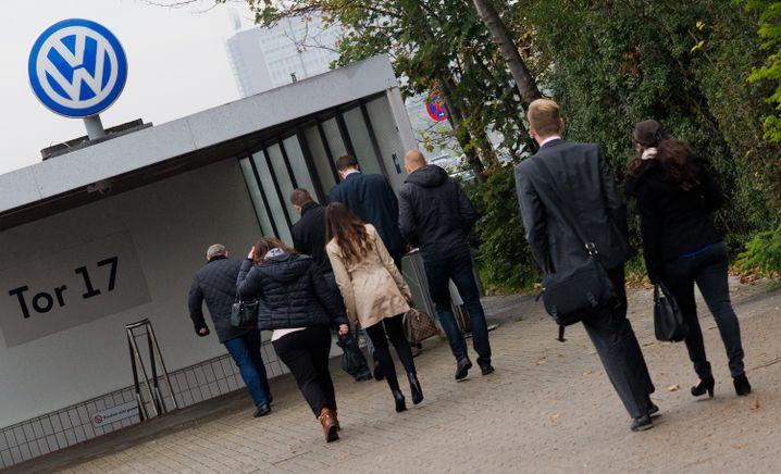 VW-Mitarbeiter auf dem Weg ins Werk in Wolfsburg