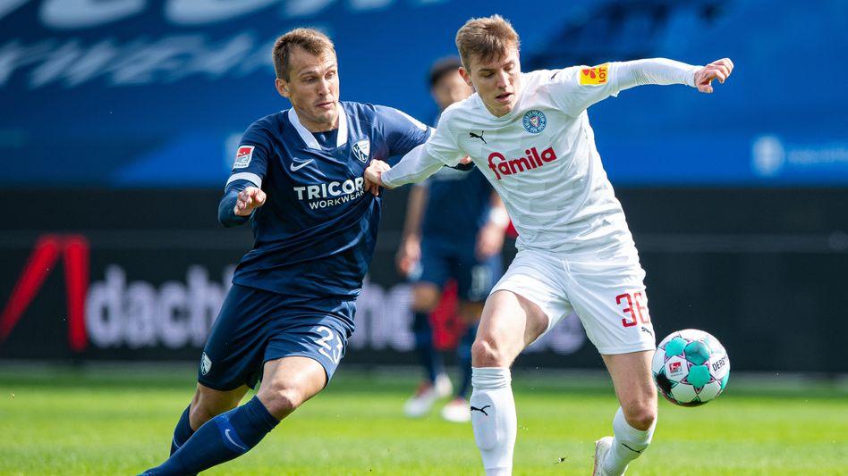 Kiels Niklas Hauptmann (rechts) und Bochums Robert Tesche im Zweikampf