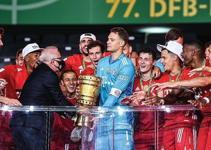 Zu den Aufgaben von Fritz Keller gehört auch die Überreichung des DFB-Pokals. Im letzten Jahr an Manuel Neuer, der ihn mit dem FC Bayern München gewann.