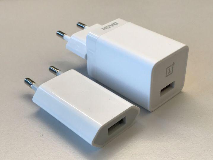 Das Ladegerät des OnePlus 3T (rechts) und ein iPhone-Ladegerät