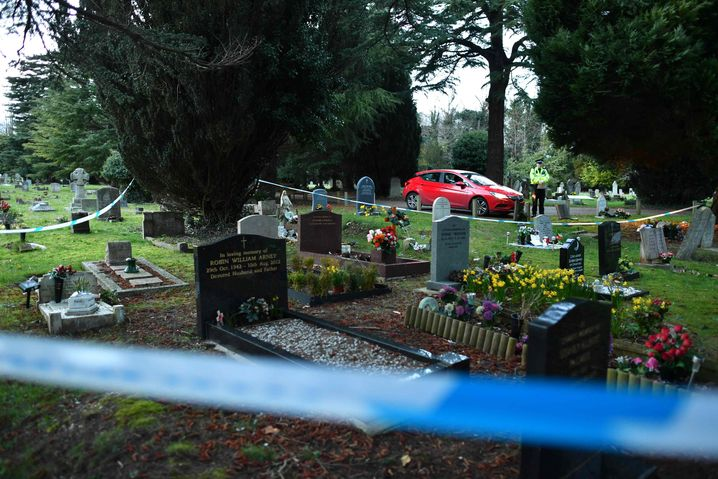 Einsatz auf dem Friedhof in Salisbury, wo Skripals Frau und Sohn begraben sind