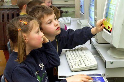 Schüler am Computer: Virtuelle Karteikarten