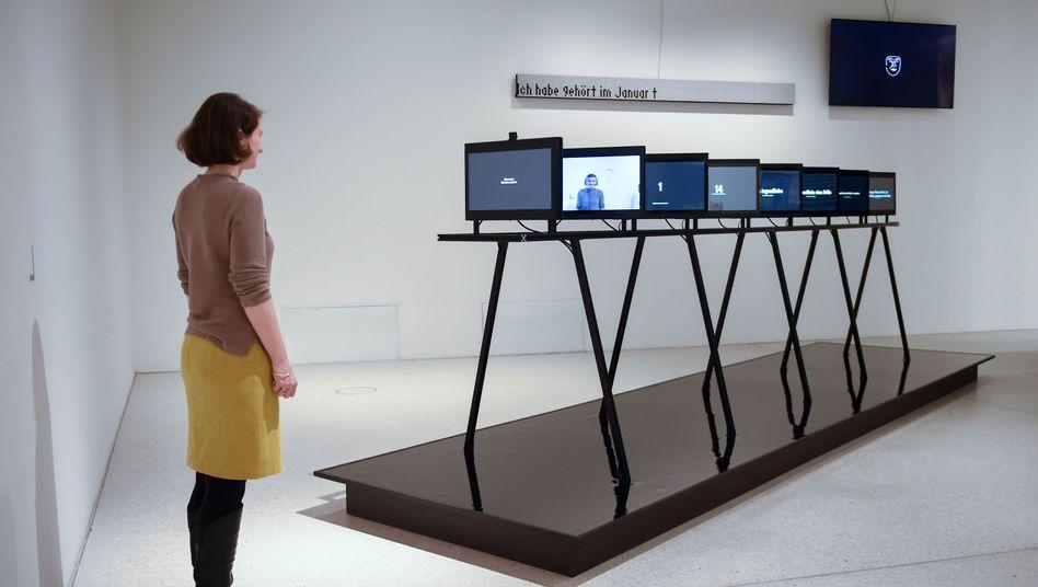 """Sonderpräsentation von """"HörenSAGEN"""", einer Ausstellung, die den Bogen von den Sagen der Brüder Grimm bis hin zu Falschinformationen schlägt"""