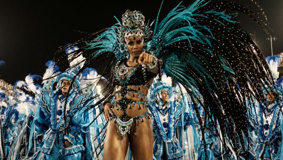 Samba-Battle in Rio: Mit der Kraft der Federboa